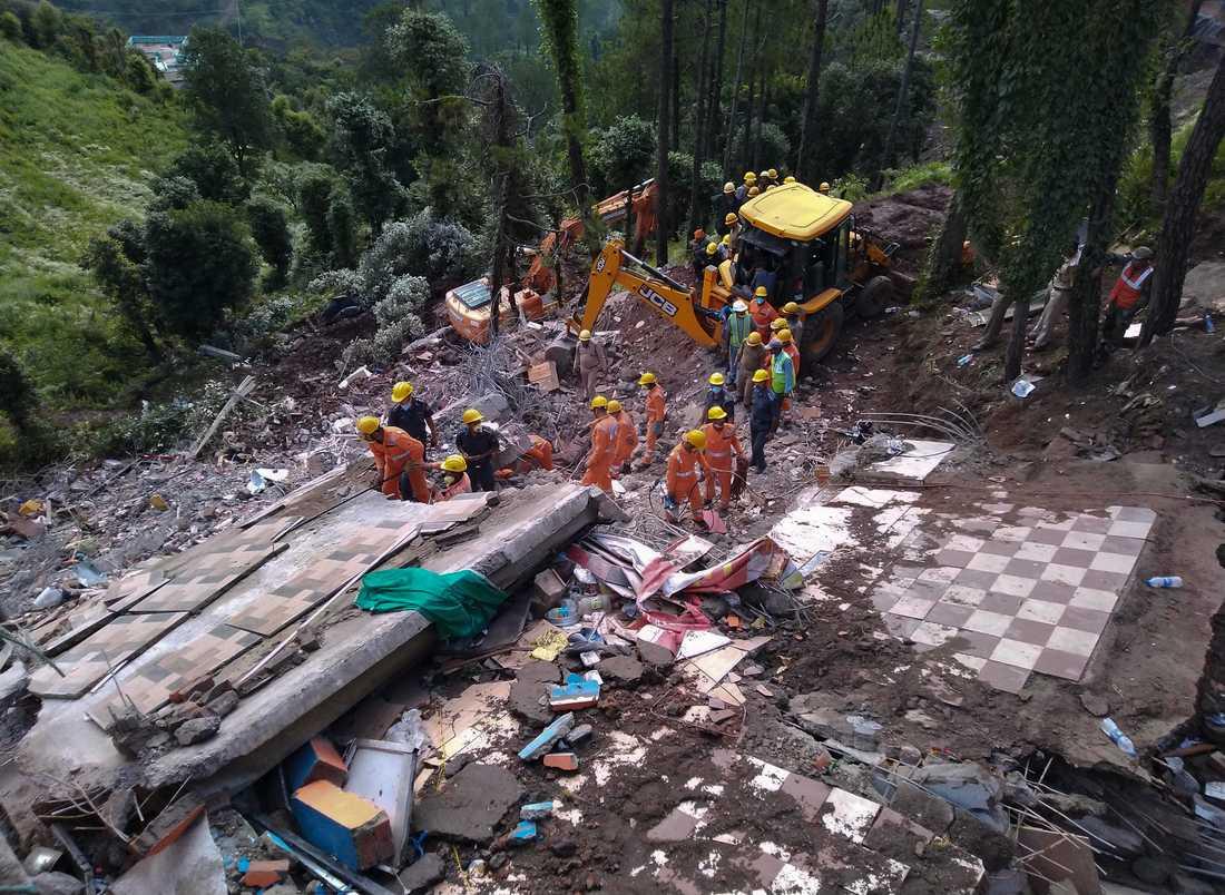 Räddningsarbetare söker efter överlevande efter ett husras i norra Indien.