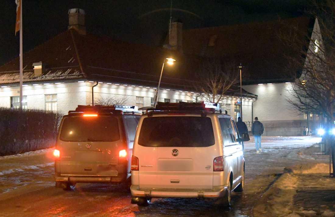 Civila polisbussar vid centralstationen i Sundsvall.