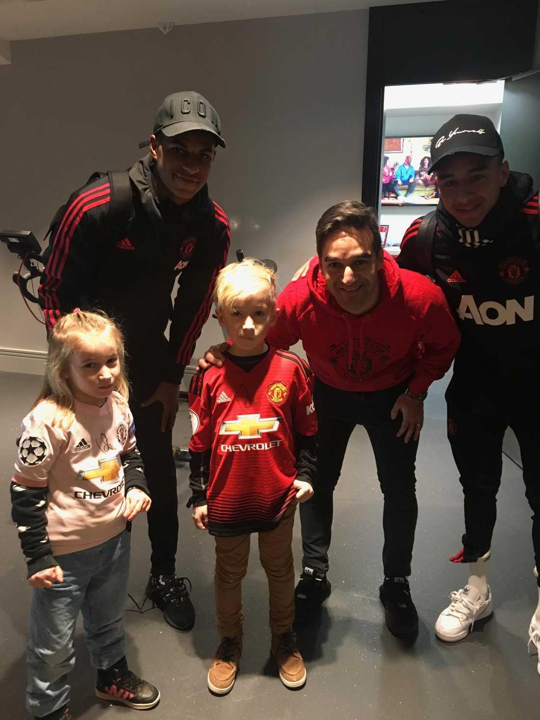 Noah tillsammans med sin pappa Sadjad, lillasyster Lovis och United-stjärnorna Marcus Rashford och Jesse Lingard