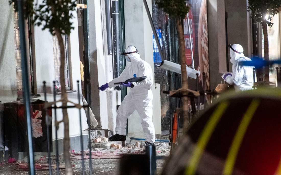 Polisens kriminaltekniker undersöker brottsplatsen på Stora Södergatan i centrala Lund efter en explosion tidigt på lördagsmorgonen.