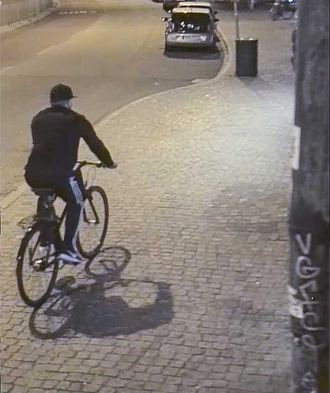 Våldtäktsmannen fångad på en övervakningskamera.