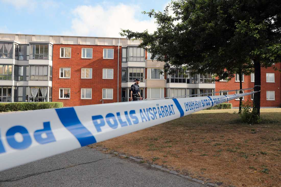 Polis på plats i Arlöv efter misstänkt överfallsvåldtäkt.