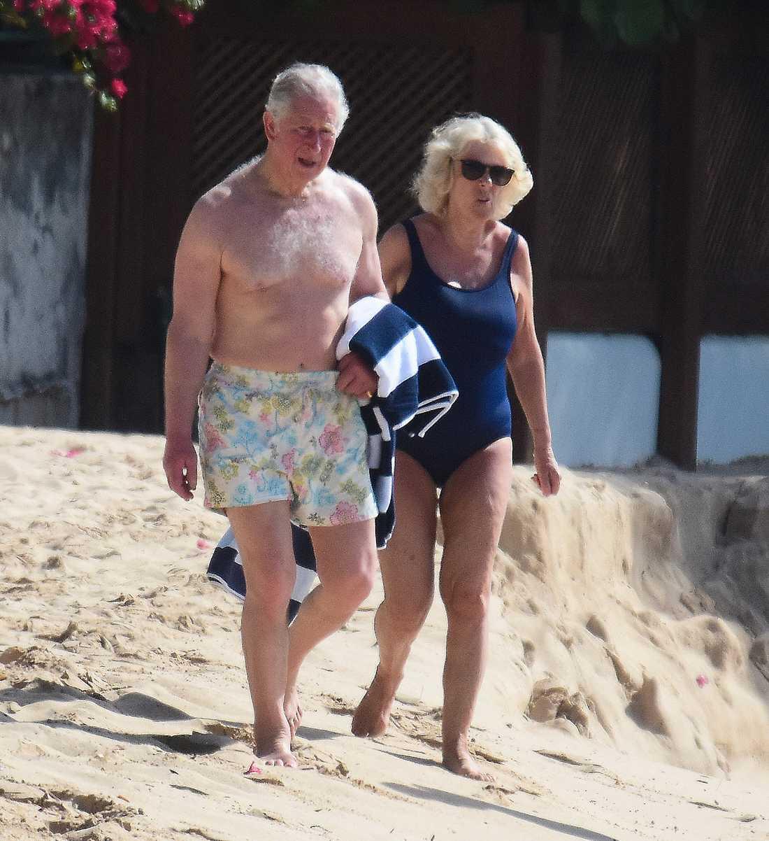 I dagarna besökte paret ön Barbados. På bilderna från stranden syns den 70-åriga prinsens  vältrimmade kropp.