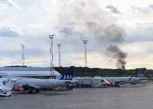 En tjock rökpelare kunde ses från Arlanda.