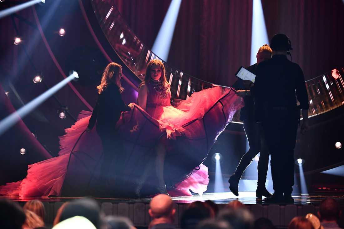 Charlotte Perrellis enorma klänning fick baxas in på scenen
