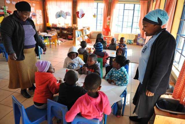 Philani har också förskolor – här är barn med sin lärare och en mentormamma på besök.