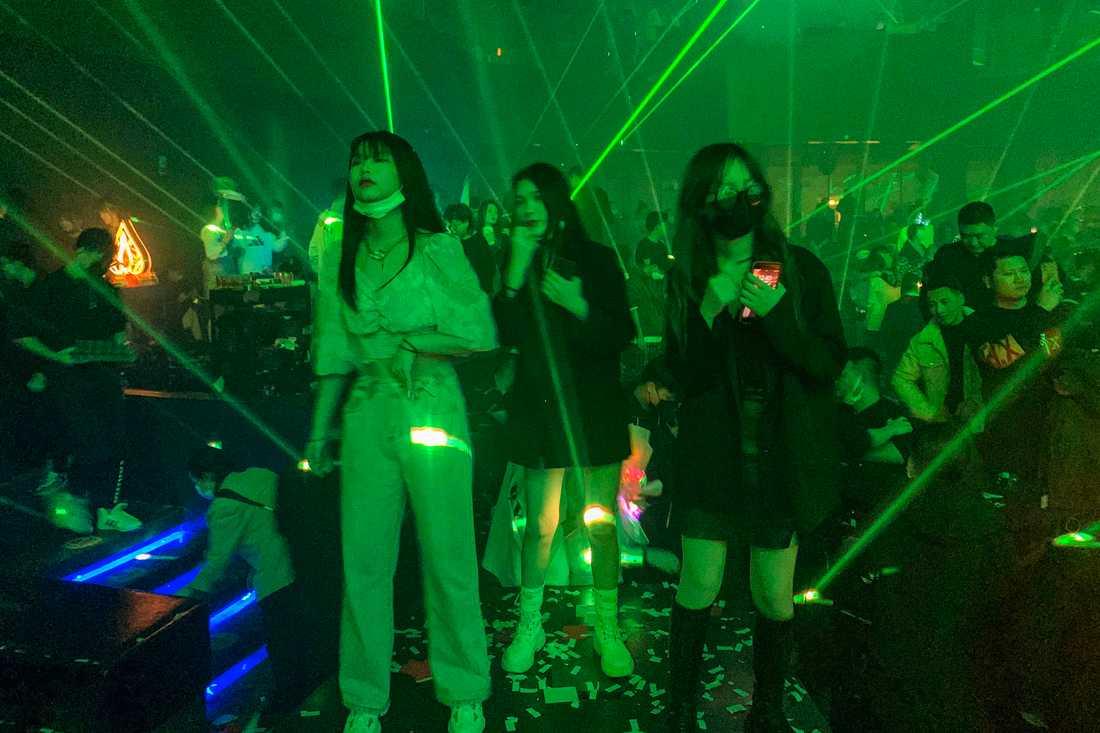 Gäster på en nattklubb i kinesiska Wuhan. Bilden är från i torsdags.