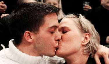 """Publikt frieri. Terese Peltoff friade på skottdagen 2000 till Roberto Logiodice inför 10 0000 åskådare på Globen. Hon fick ett """"ja"""" och en puss."""