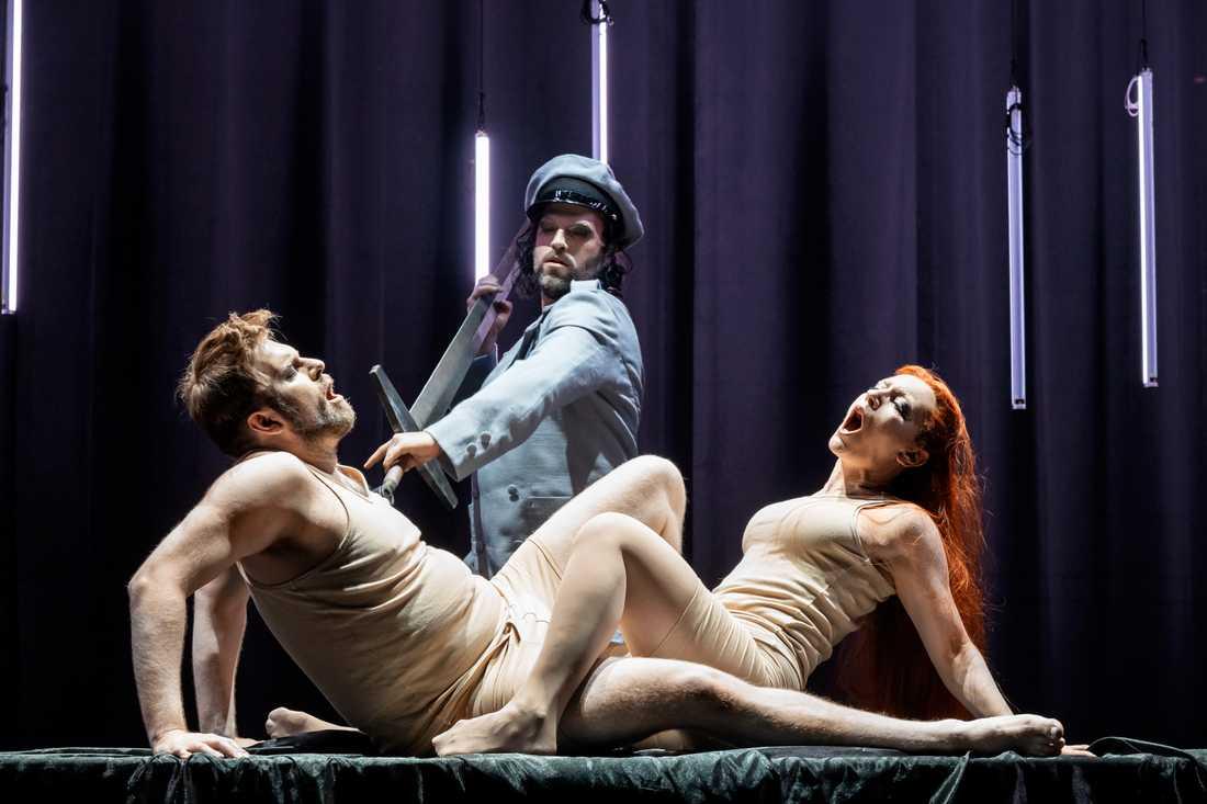 Jesper Säll som Tristan), Tor Lind som Melot och Julia Sporsén i rollen som Isolde i Wagners opera på Folkoperan.