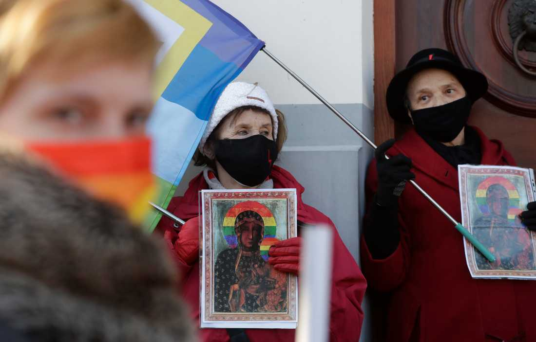 Polska aktivister utanför domstolen i Plock.