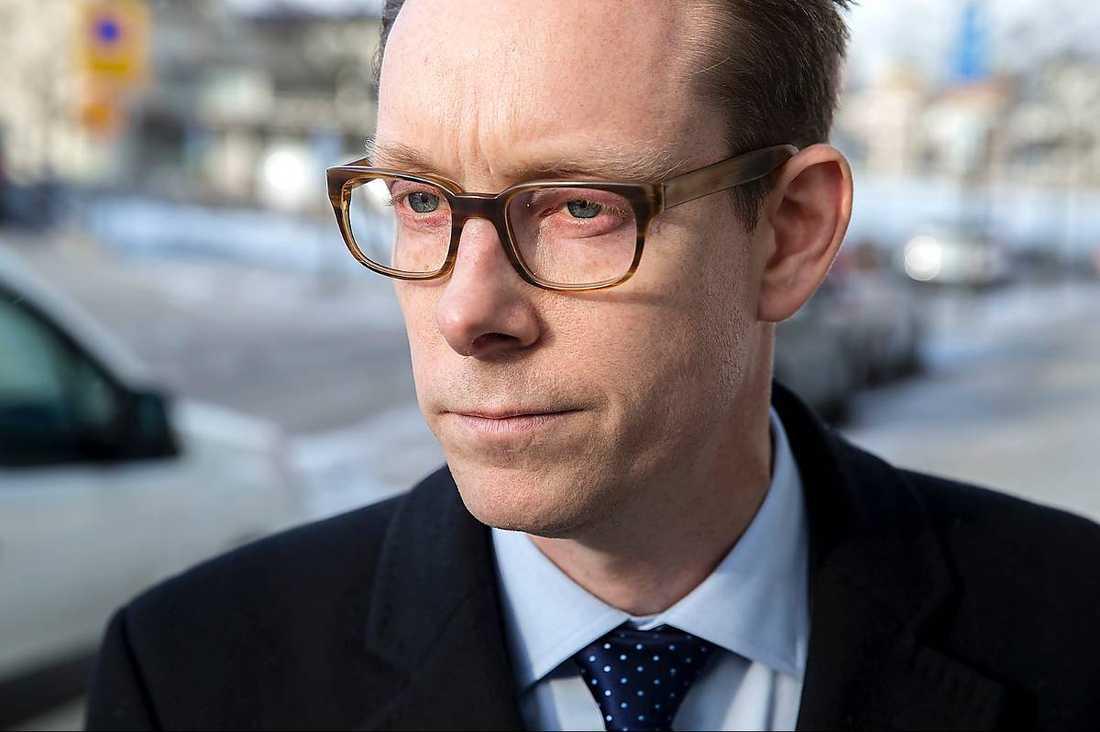 Migrationsminister Tobias Billströms uttalande om papperslösa orsakade en kritikstorm från både höger och vänster. I går ville han inte göra fler uttalanden utan lät hälsa via sin pressekreterare att han ska arbeta vidare i statsministerns anda.