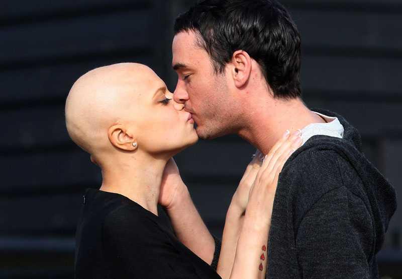 En kyss dagen före bröllopet mellan Jade Goody och Jack Tweed, vars öde engagerar långt utanför Englands gränser.