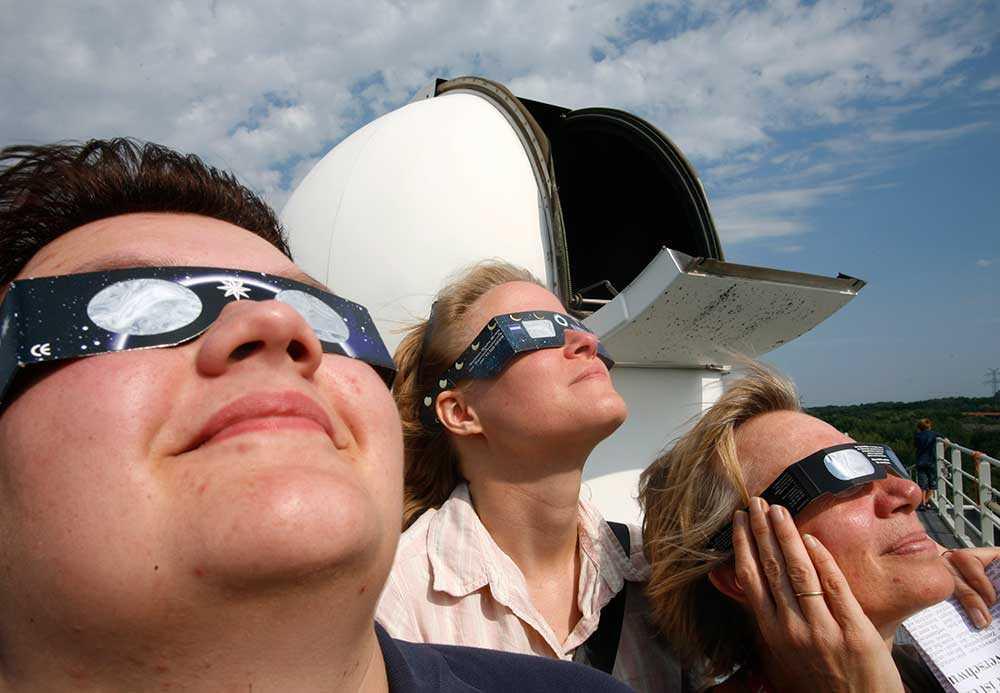 Invånare i Kiel, Tyskland, tittar på en solförmörkelse 2008.