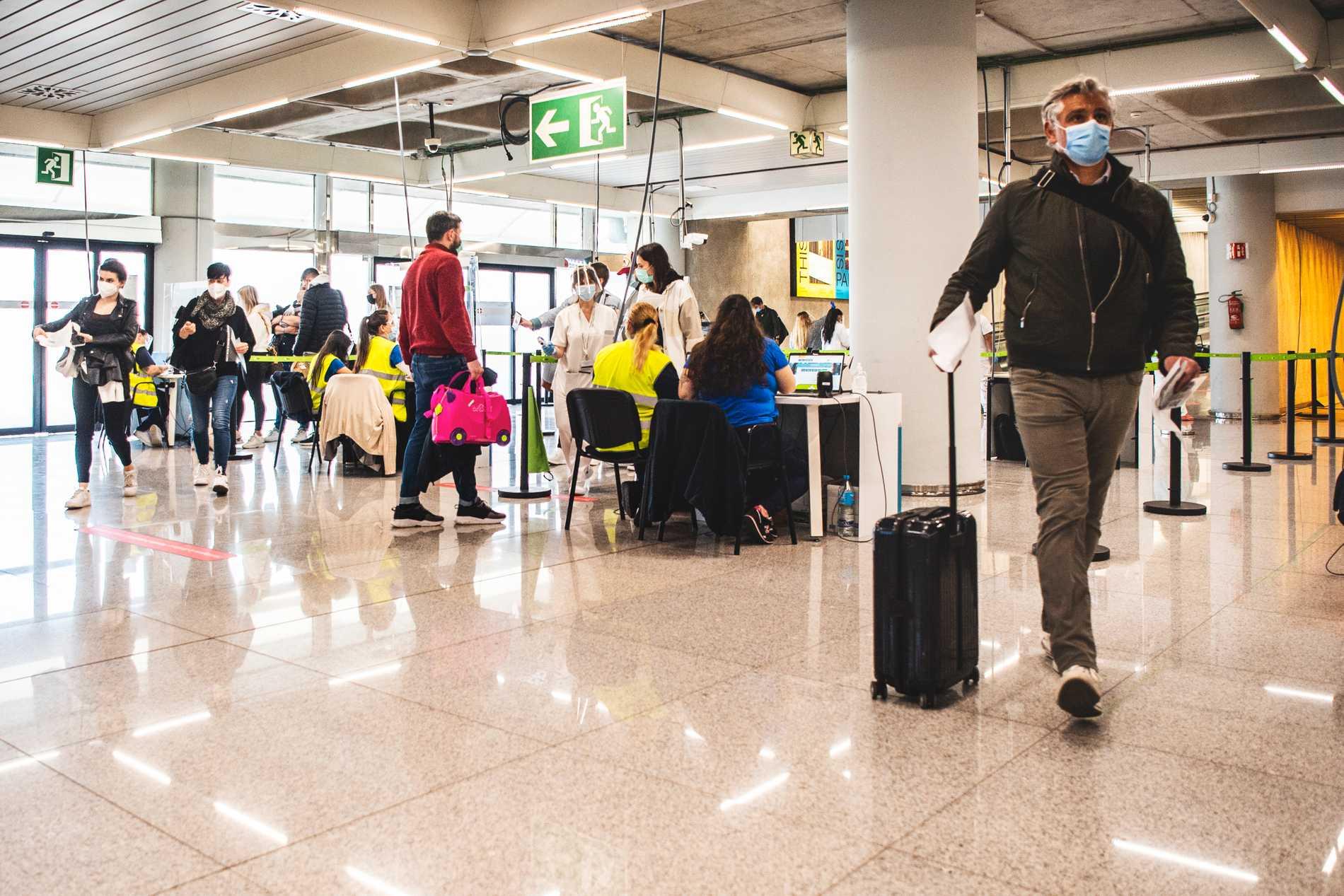 Flygplatsen i Palma. Personal mäter resenärernas temperatur.