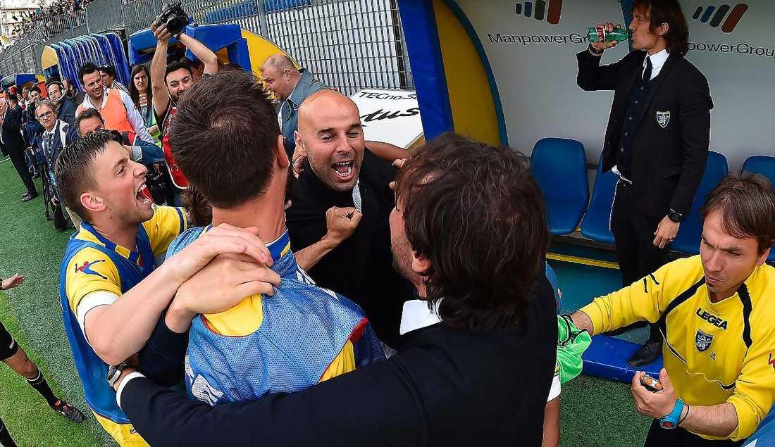 Har trollat Tränaren Roberto Stellone har med mycket små medel och unga spelare tagit Frosinone från Serie C till Serie A på två säsonger. Här jublar han efter att kontraktet till högsta ligan säkrats i våras. Foto