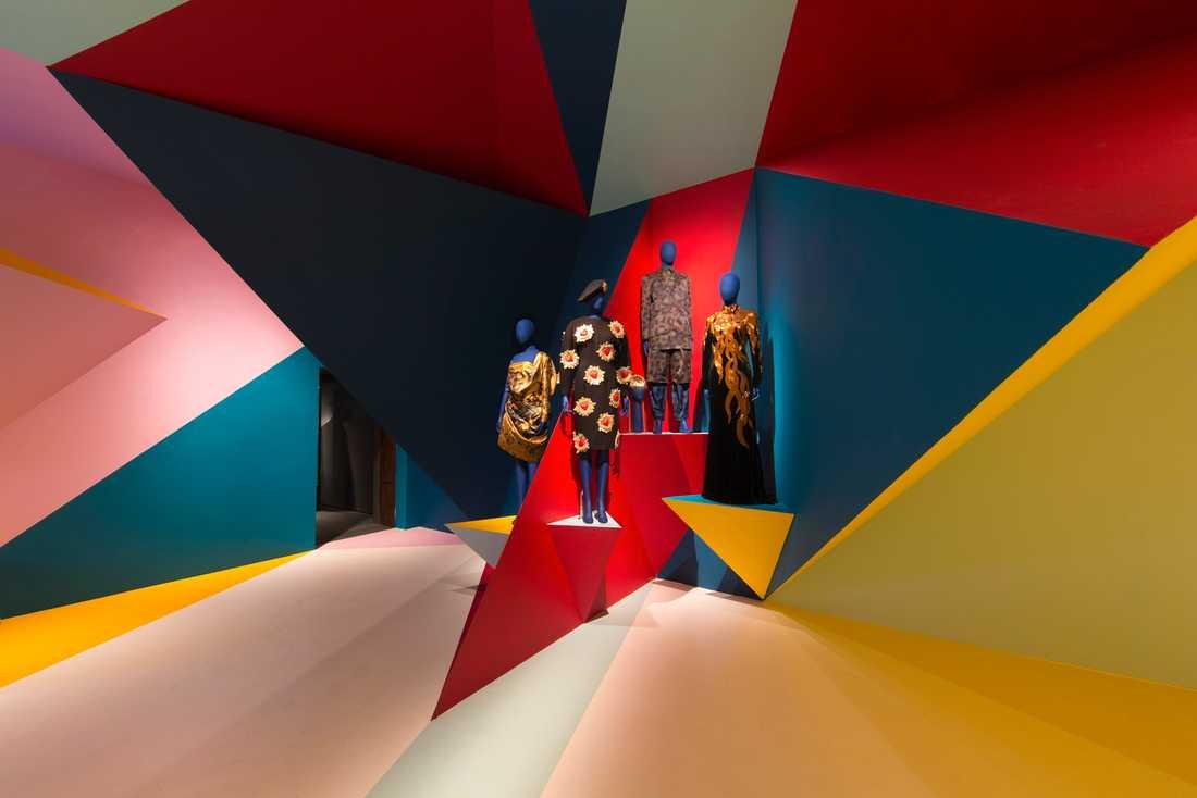 Två klänningar av Alexander McQueen samsas med KTZ och Kenzo. Rummet är specialdesignat av Orlando Campbell.