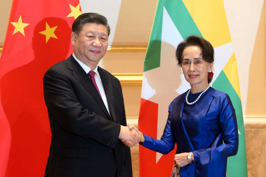 Kinas president Xi Jinping skakar hand med Myanmars de facto statschef Aung San Suu Kyi i presidentpalatset i huvudstaden Naypyitaw.