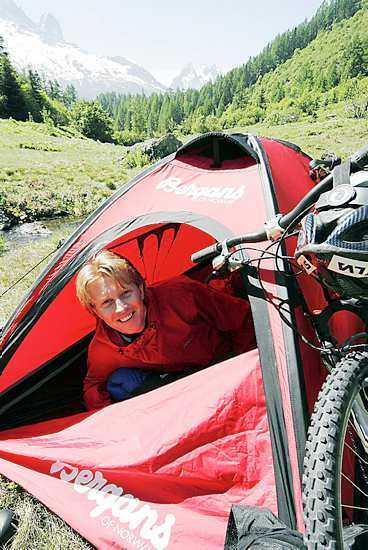 INSMORD Tomas Olsson sticker i väg i dag, han ska cykla 500 mil som övning för Mount Everest.