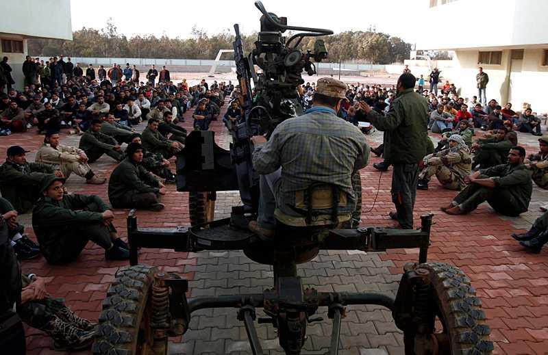 En libysk rebellsoldat lär sig sköta en luftvärnskanon under ett träningsläger i Benghazi.