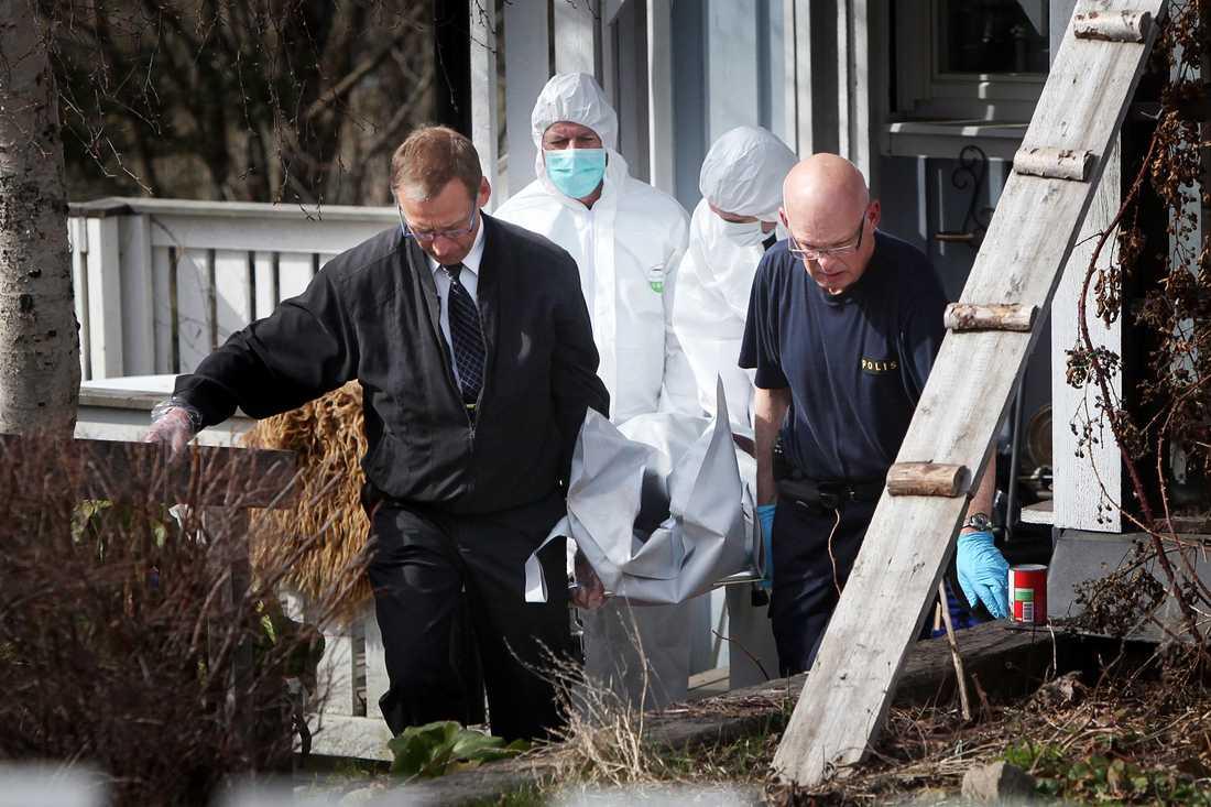 ÅTALADES I GÅR Det tragiska trippelmordet ägde rum den 11 maj i trävillan i Härnösand. Här dödade Ragnar Nilsson, 21, sina två syskon innan han högg ihjäl sin styvpappa Mats Berglund med en yxa. I går åtalades han för dådet.
