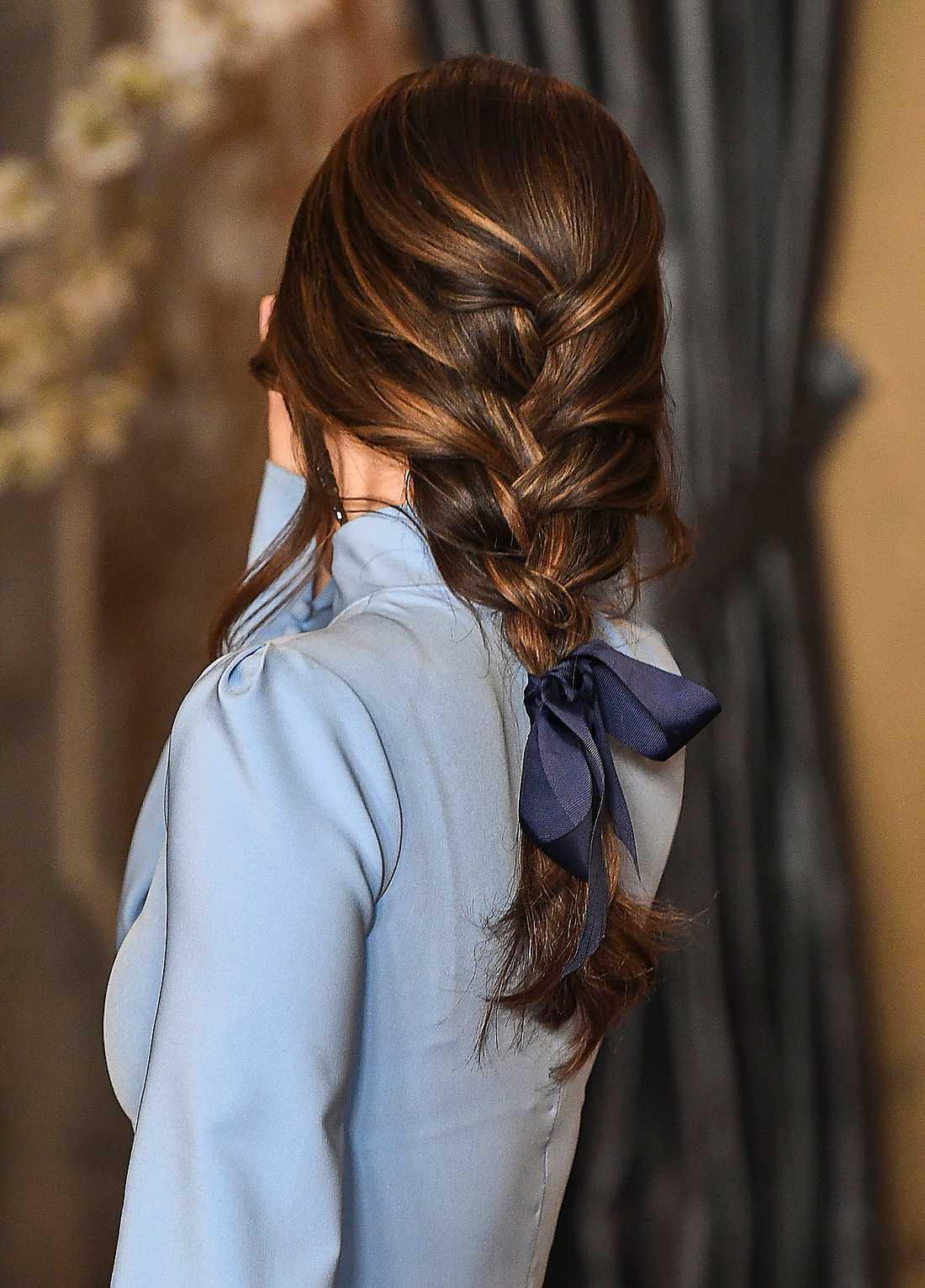Vid en kungamiddag i mars hade prinsessan Sofia en stor rosett i sitt flätade hår, en annan hårtrend som är populär.