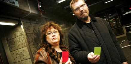 Här är kortet som man bara behöver hålla mot en sensor. Eva Ersson Åbom och Thomas Fransson jobbar med projektet SL Access.