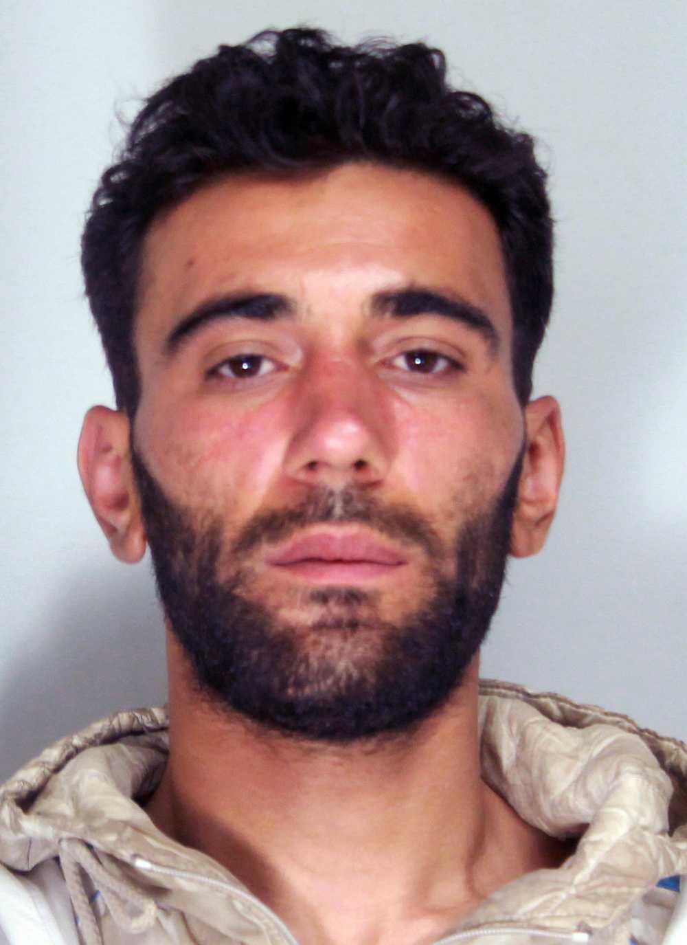 Fartygets kapten Mohammed Ali Malek hävdar att hanvar en migrant precis som de andra passagerarna.
