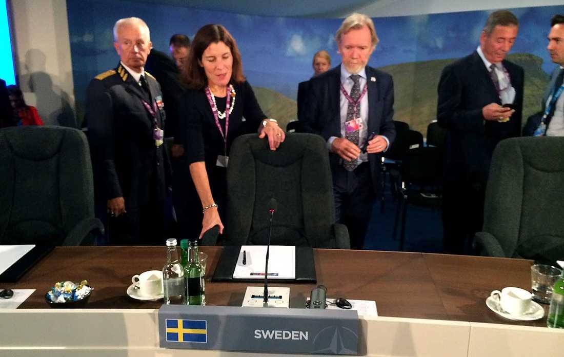 Karin Enström på det historiska Natomötet tillsammans med ÖB Sverker Göranson och nye Natoambassadören Håkan Malmqvist.