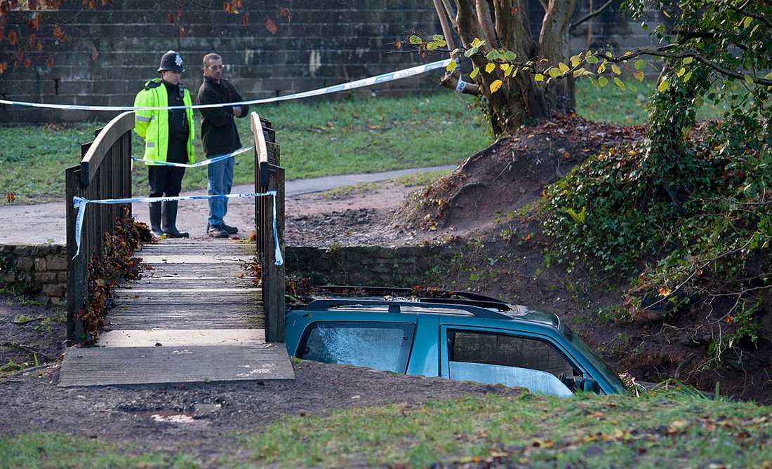 En man dog efter att ha blivit fånge i sin bil.