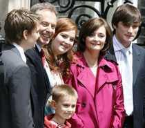 Tony Blair med familjen utanför Downing Street 10.