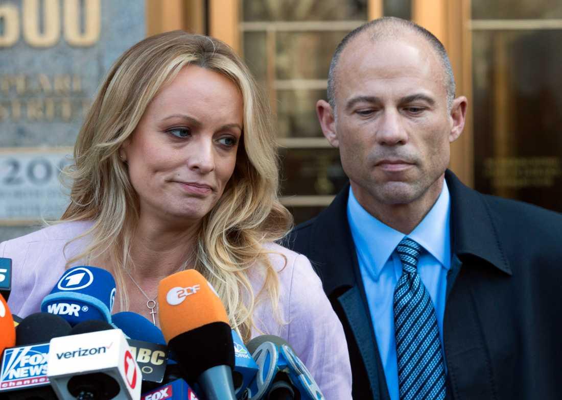 Stormy Daniels tillsammans med Michael Avenatti, hennes advokat.