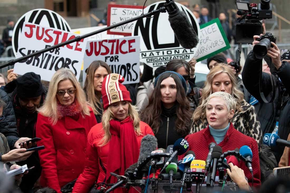 Skådespelaren Rose McGowan talar under en presskonferens efter att Harvey Weinstein anlänt till rättegången i New York.