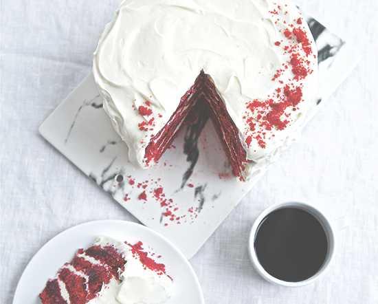 Klassisk red velvet cake – låt gärna kakan stå i kylskåpet någon timme så att frostingen hinner sätta sig.