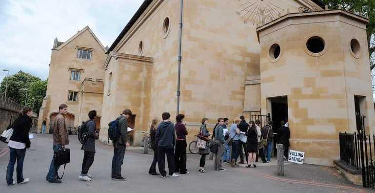 Kö utanför en vallokal i Oxford.