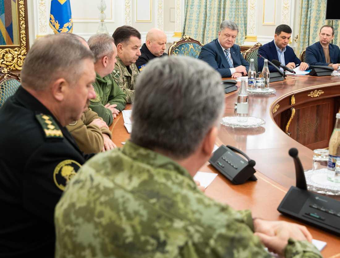 Ukrainska presidenten Petro Poroshenko (randig slips) i möte med landets säkerhetsråd i Kiev ikväll.