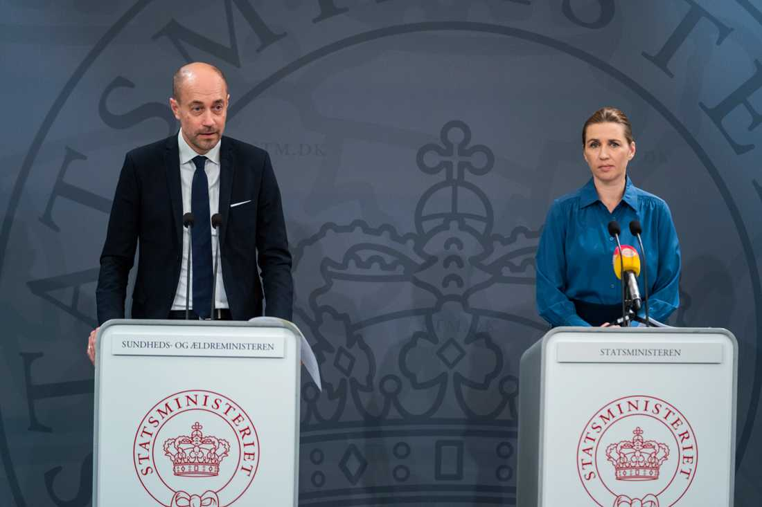 Danske hälsoministern Magnus Heunicke, här flankerad av statsminister Mette Frederiksen, aviserar en mer offensiv teststrategi.