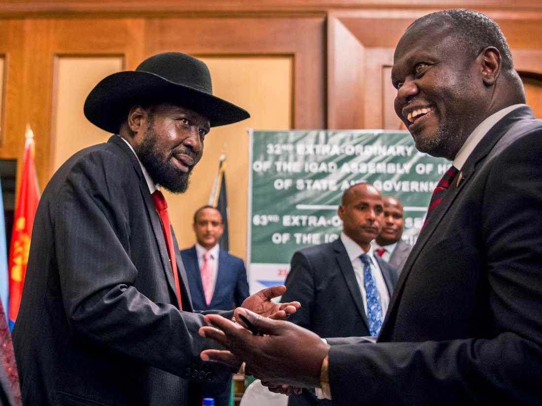 Sydsudans president Salva Kiir och rebelledaren Riek Machar under ett möte i Etiopien i juni. Arkivbild.