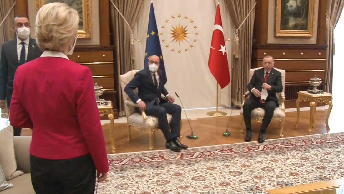 EU-kommissionens ordförande Ursula von der Leyen och EU:s rådsordförande Charles Michel på besök i Ankara hos president Recepo Tayyip Erdogan. von der Leyen fick ingen stol utan förpassades till soffan.