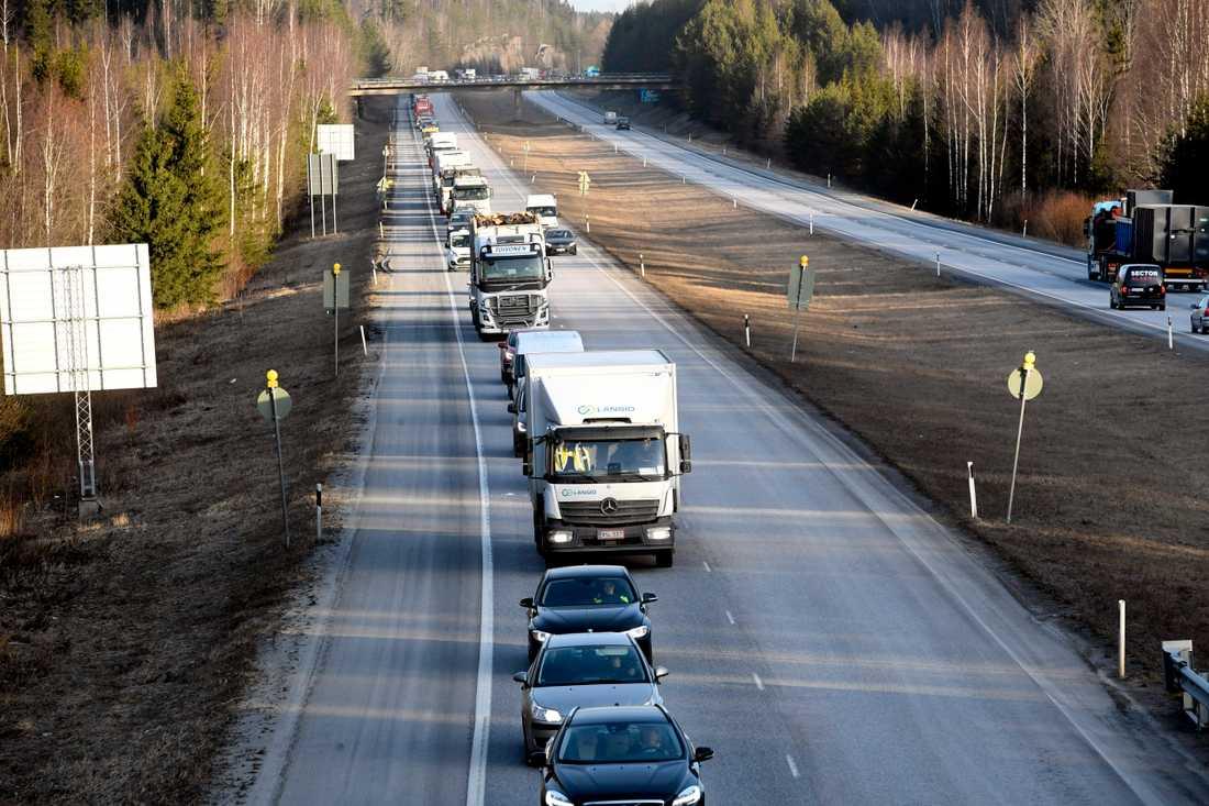Långa köer på måndagsmorgonen vid en av de ungefär 30 vägspärrar som upprättats runt Helsingfors.