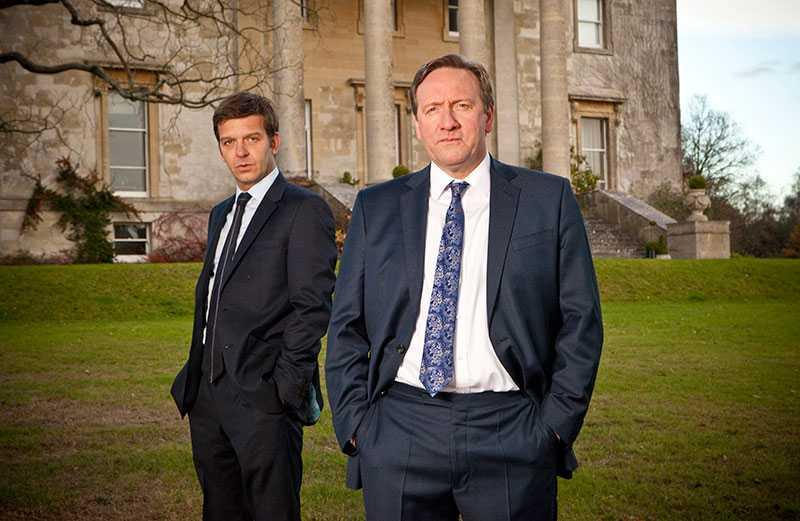 Assistenten Ben Jones (Jason Hughes) och John Barnaby (Neil Dudgeon).