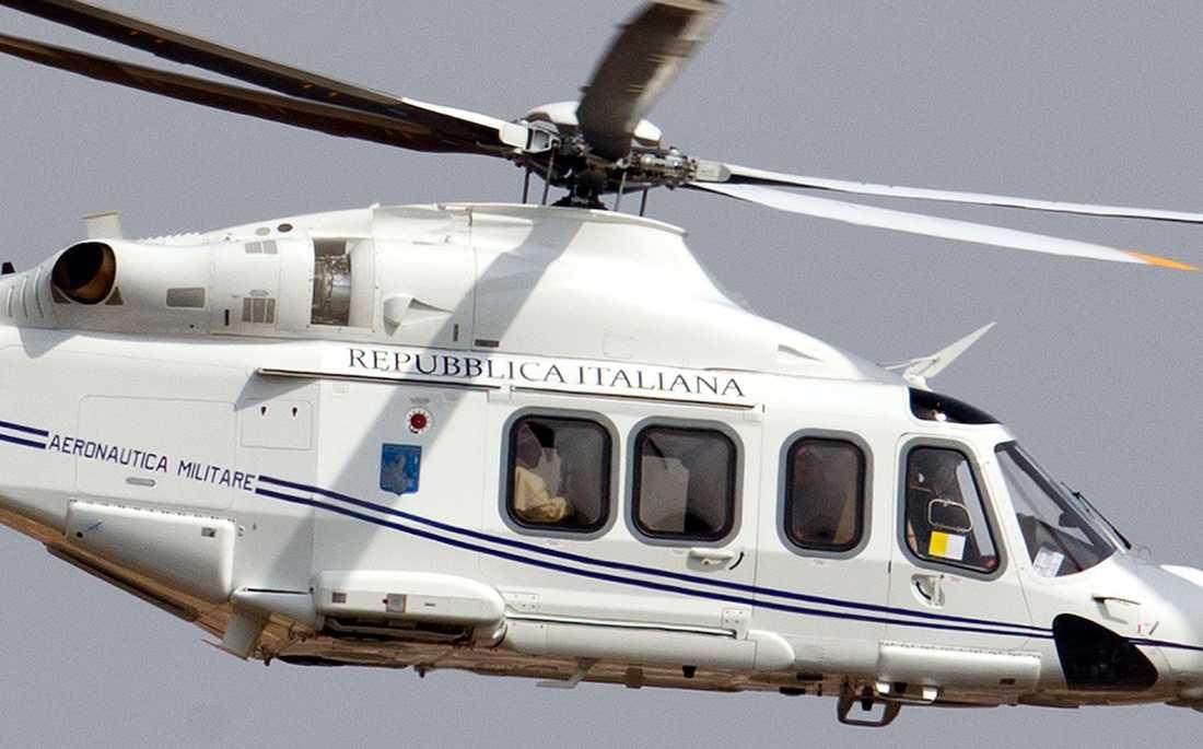Påven kommer till Castel Gandolfo i helikopter.