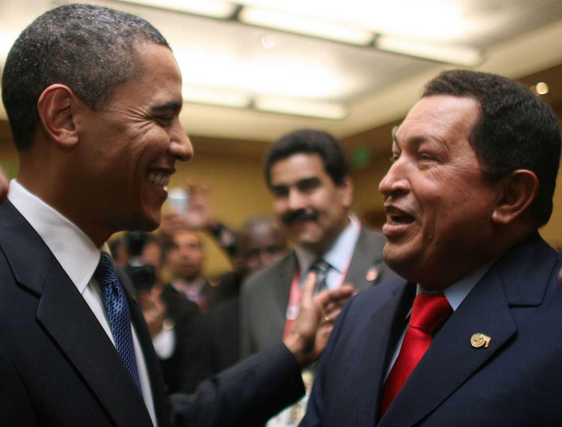 Chavez träffar Barack Obama under ett möte i Trinidad och Tobago 2009. Venezuela och USA hade en ansträngd relation.