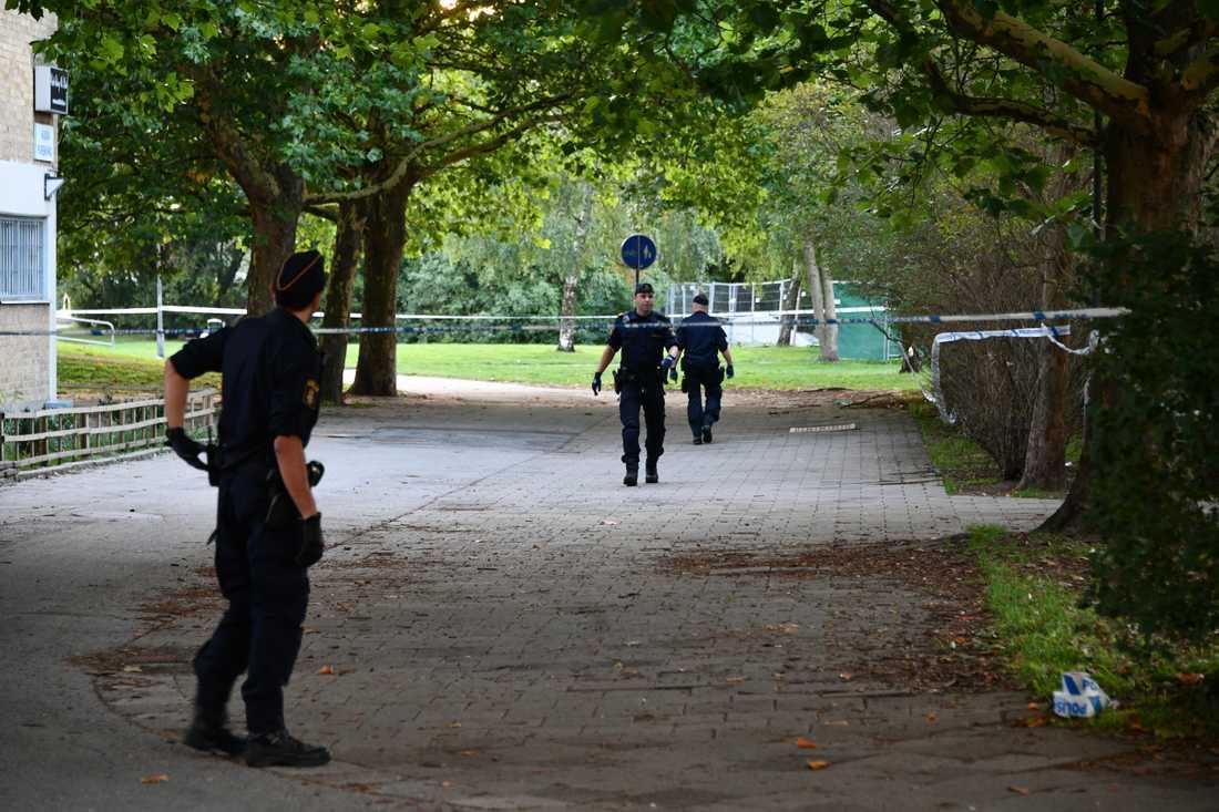 Polisen spärrade av brottsplatsen och undersöker den nu med bland annat vapenhund.