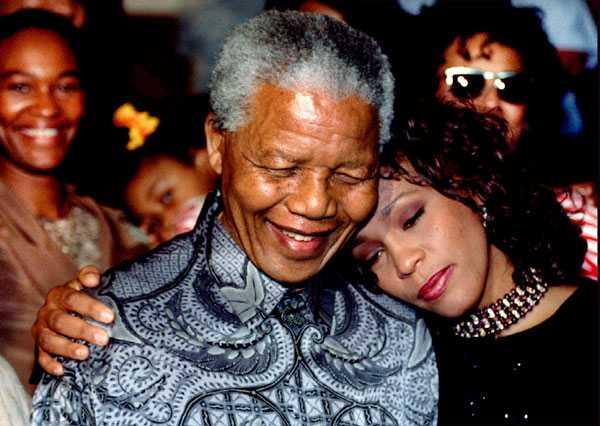 Whitney Houston tillsammans med Nelson Mandela i Johannesburg.