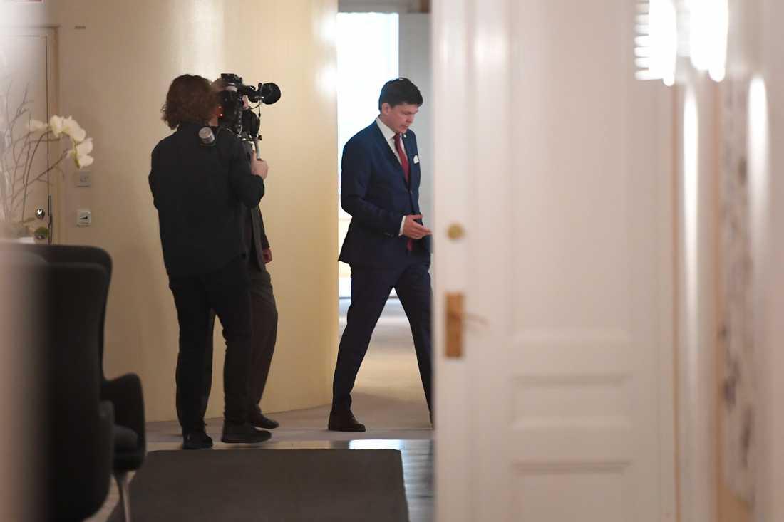 Riksdagens talman Andreas Norlén anländer till sitt  arbetsrum i Riksdagshuset.