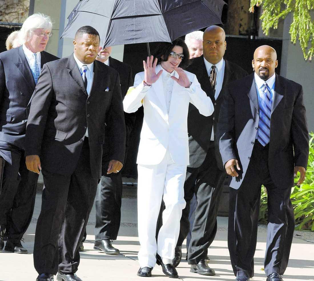 FICK NYA SÄKERHETSVAKTER Sekten fick kontakt med Michael Jackson 2003 – då han stod anklagad för sexuella övergrepp på en cancersjuk pojke. Medlemmar ur Nation of islam blev i början bara hans säkerhetsvakter – men allt eftersom hårdnade kontrollen över Jackson. Till slut styrde sekten hans liv.