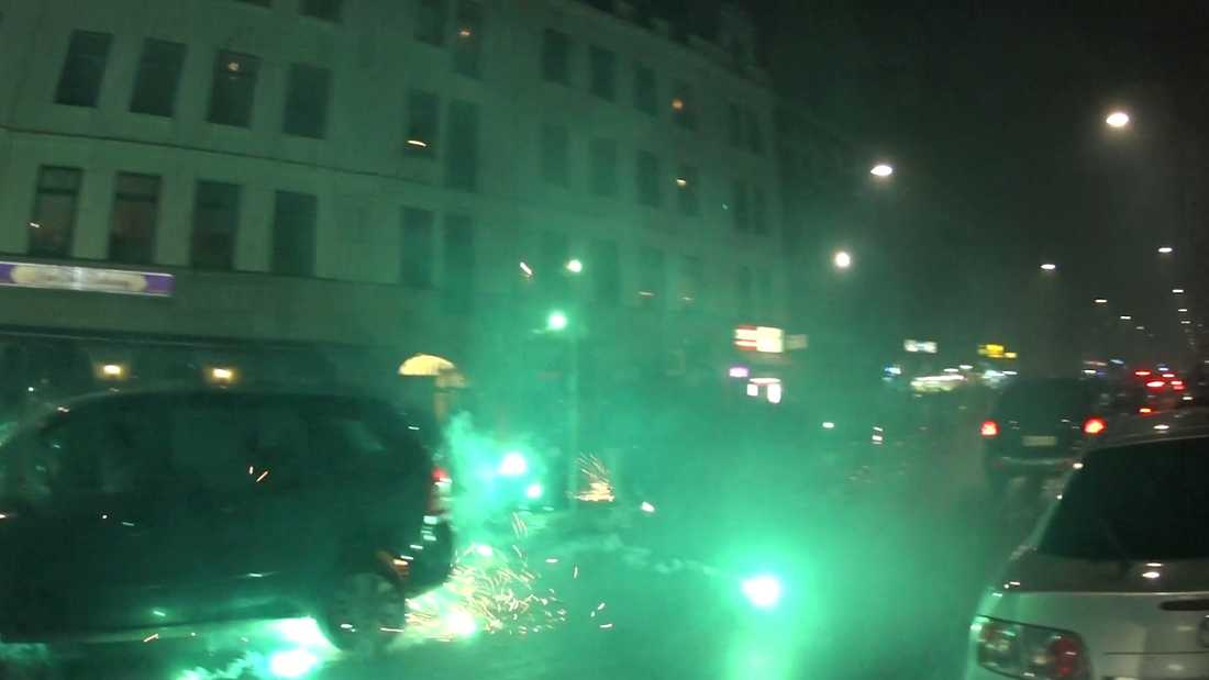 Möllevångstorget i Malmö under ökända nyårsfirandet. Raketer skjuts rakt in bland nyårsfirande människor.