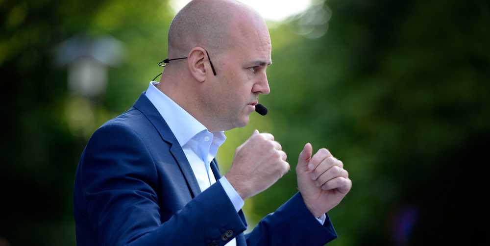 """Fredrik Reinfeldt. """"Reinfeldts närvaro online är näst intill obefintlig. Det här i en tid då självaste Barack Obama har ett Twitterkonto. Kanske vill han inte möta oss vanliga dödliga eller så är han bara för trött för att möta väljarna. Det är hur som helst underkänt"""""""