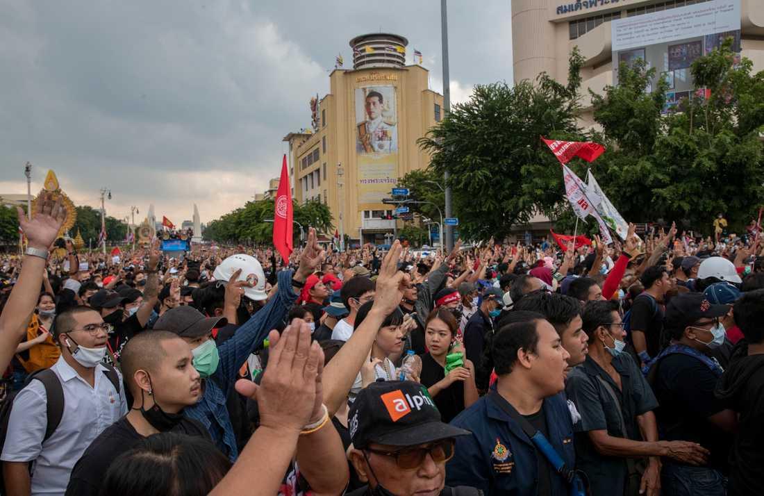 Demonstranter samlas på gatorna i Bangkok och kräver demokrati i Thailand.