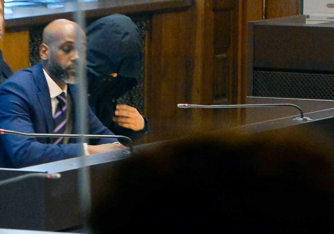 Advokat Anwar Osman och den misstänkte vid häktningsförhandlingen